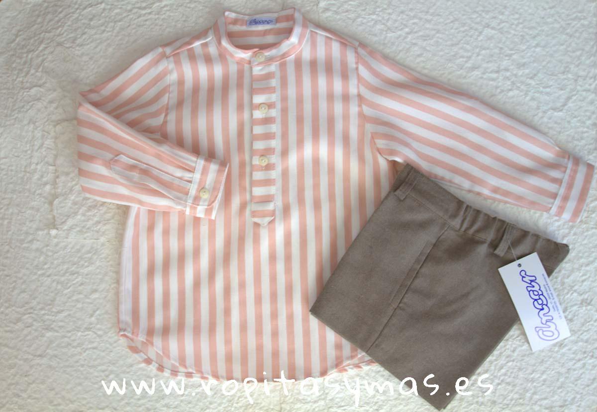Camisa mao rayas rosas y blancas y pantalón muy corto tostado de Ancar