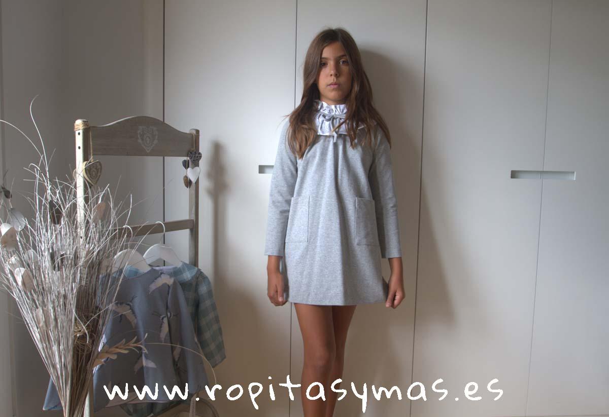 Vestido felpa gris cuello capelina de ANCAR