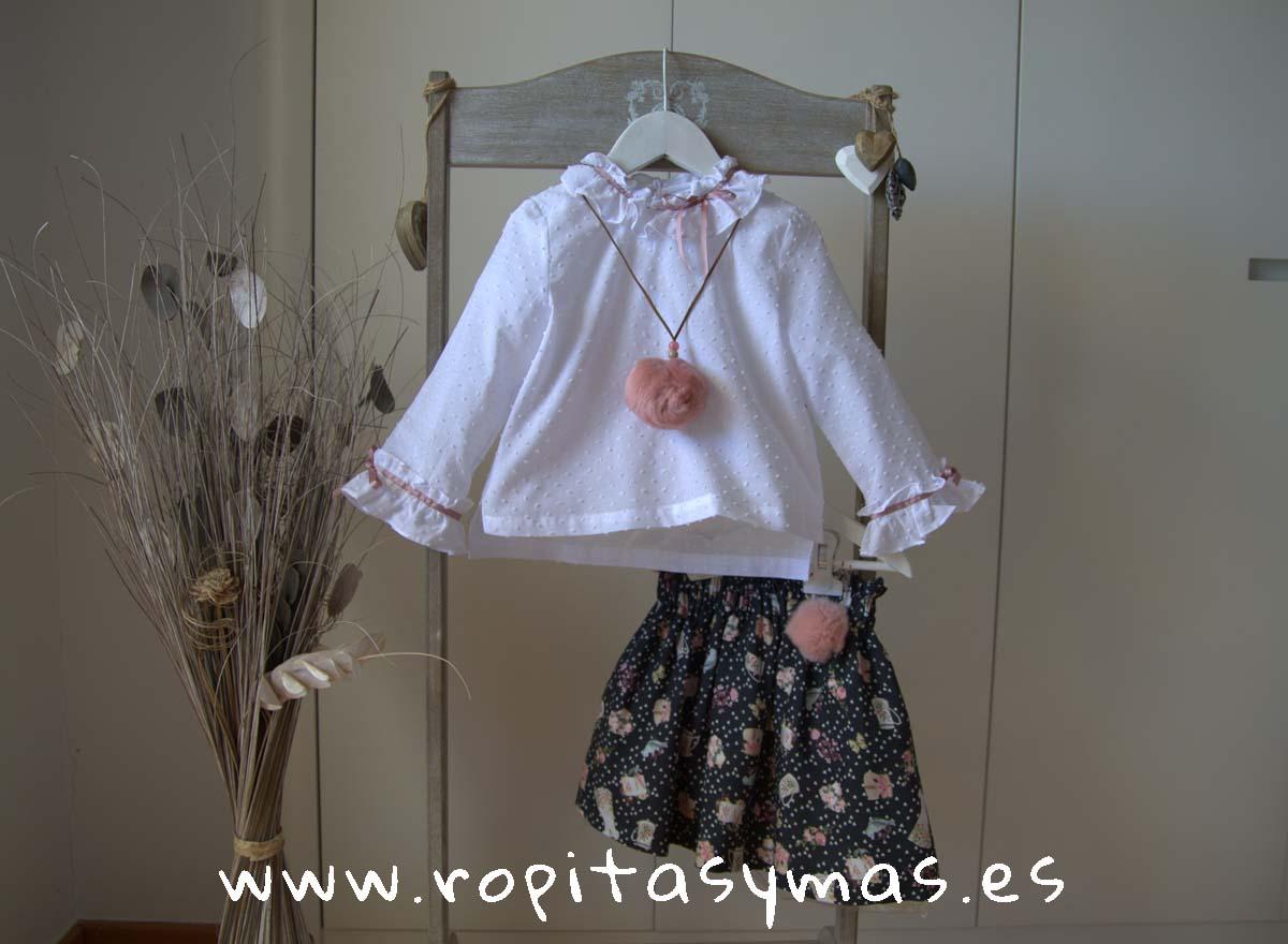Blusa blanca plumeti puños de MIA Y LIA y Falda fluida gris NINA de MAMI MARIA