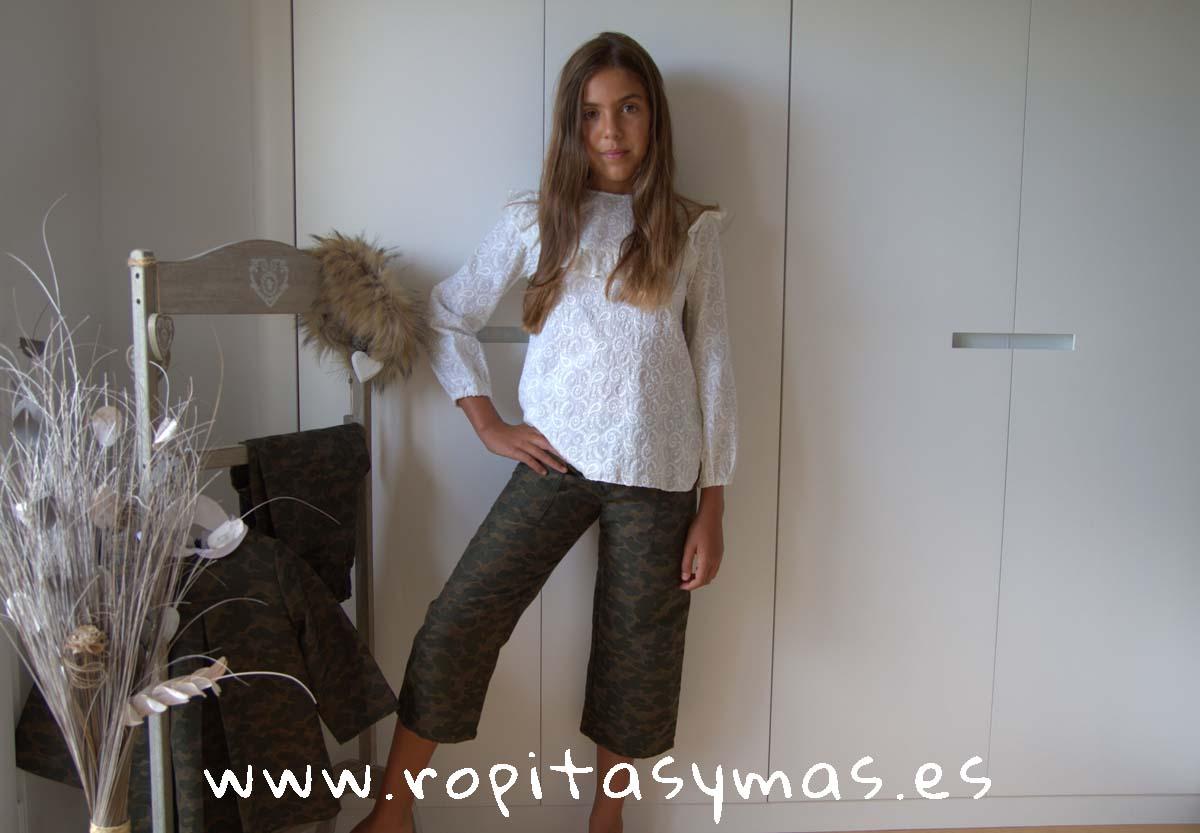 Blusa beige bordada collar de MIA Y LIA