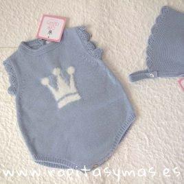 Conjunto pelele y capota de punto azul de EVA CASTRO, invierno 2019